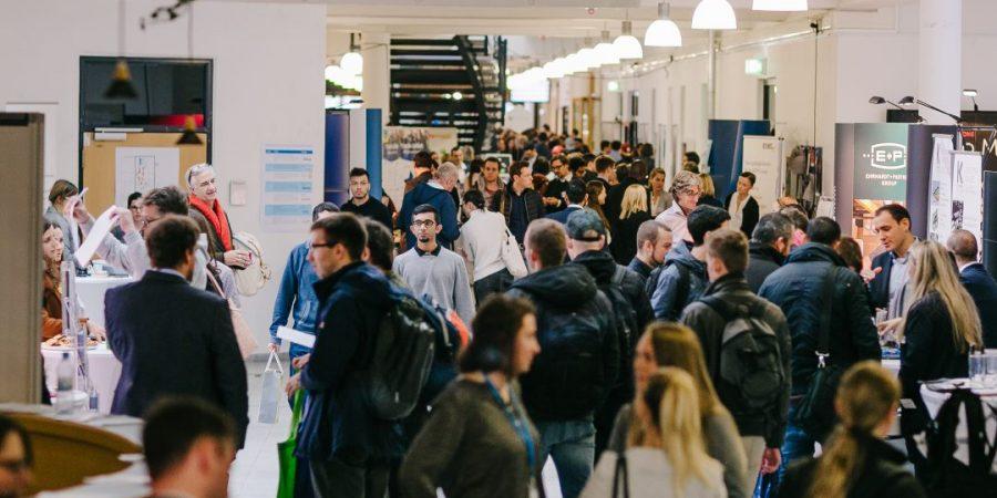 Die Hochschulstraße ist mit Besuchern des U-Tags 2019 gefüllt.